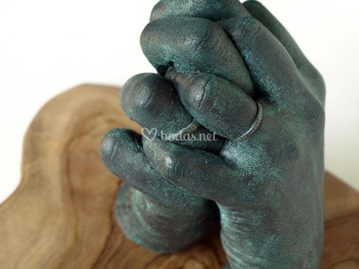 Las manos de los novios el día de la boda
