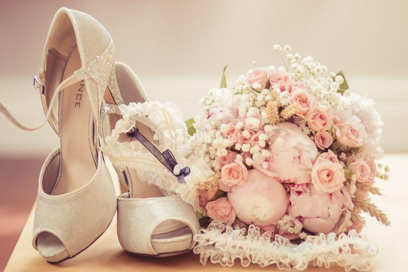 Bodegón de zapatos, ramo, y liga