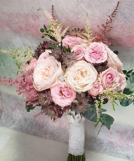 Ramo rosas y astirbe