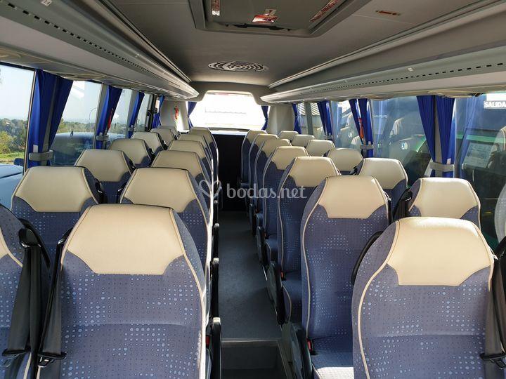 Interior del minibus de 28 plazas
