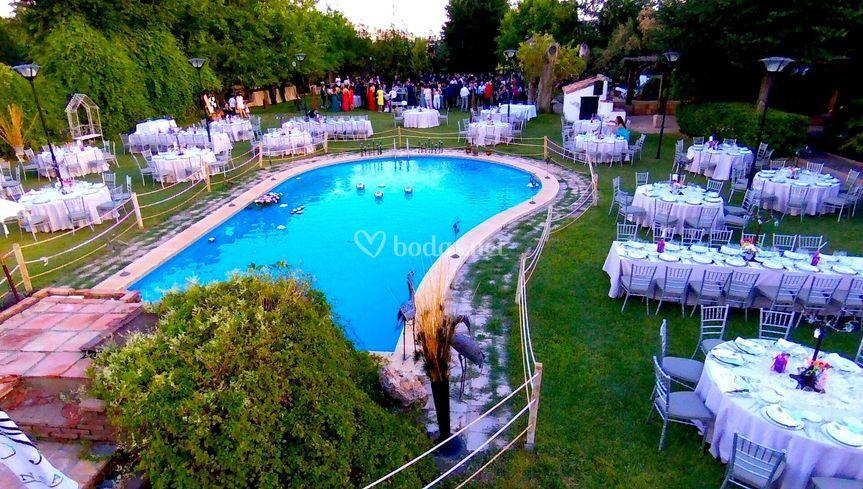 Las mesas en la piscina