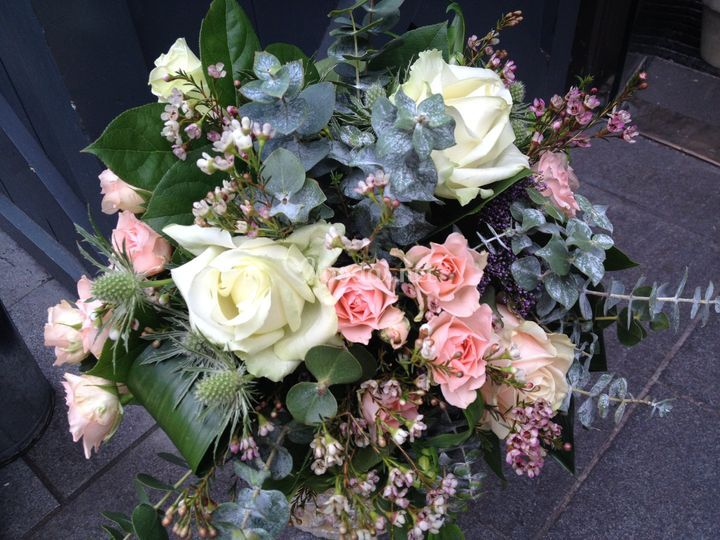 Rosas pitiminí y eucalipto