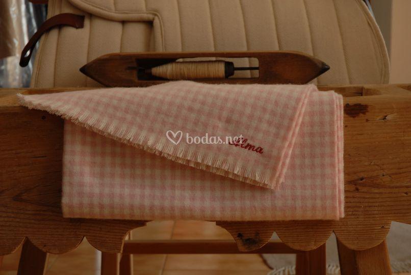 Manta rosa bordada