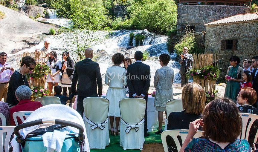 Ceremonia con cascada de fondo