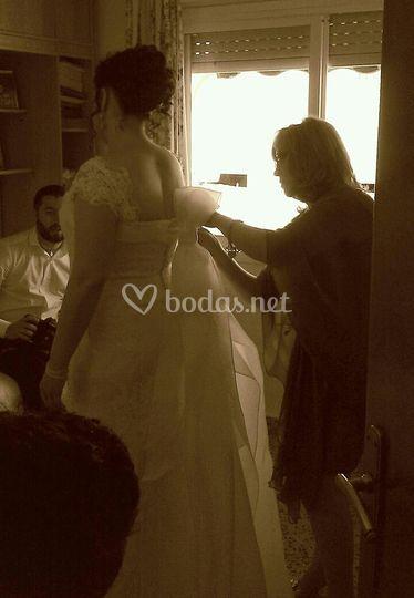 Vistiendo a la novia en casa