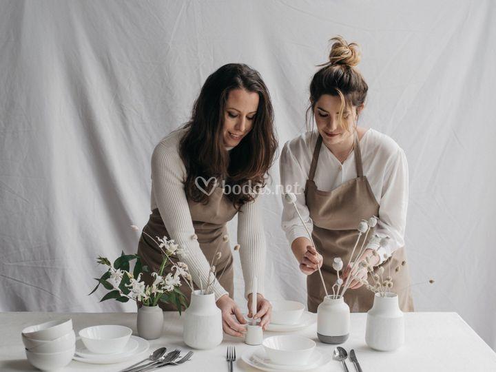 Ana y Cristina decorando