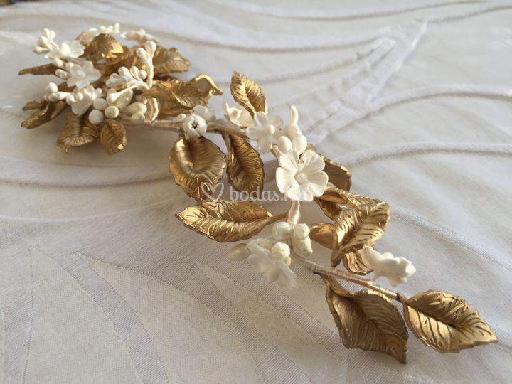 Tocado en oro y blanco