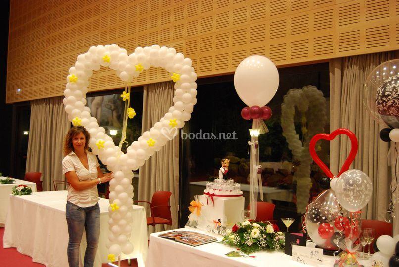 Corazón gigante y centros mesa de Festivalia - Decoración con globos