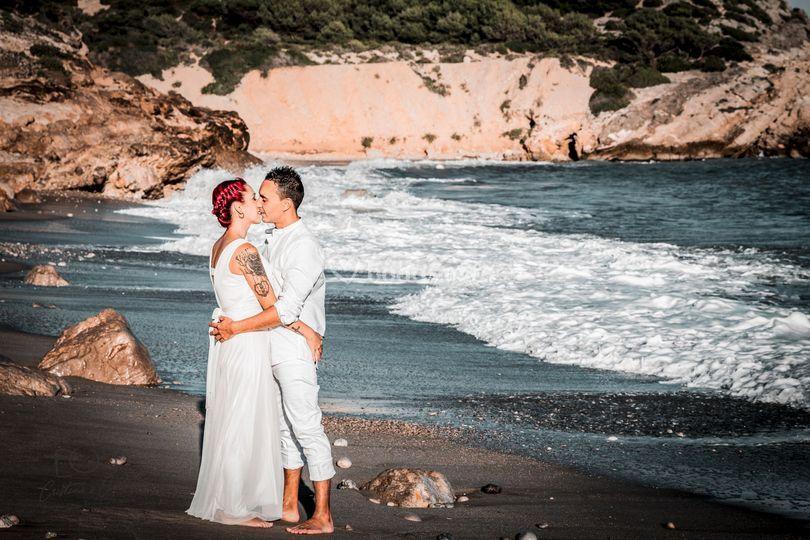 Novios besándose en la playa
