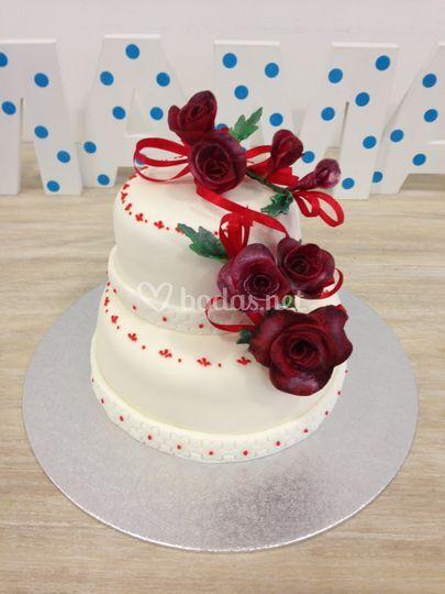 Pastel de boda con flores en nivel