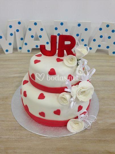 Pastel de boda con iniciales en rojo
