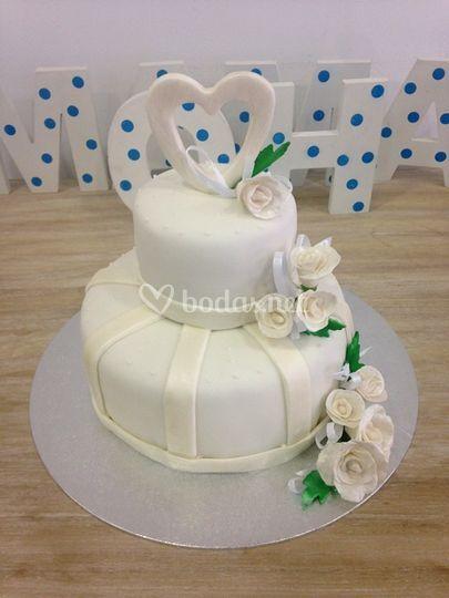 Pastel de boda con corazón en la cima