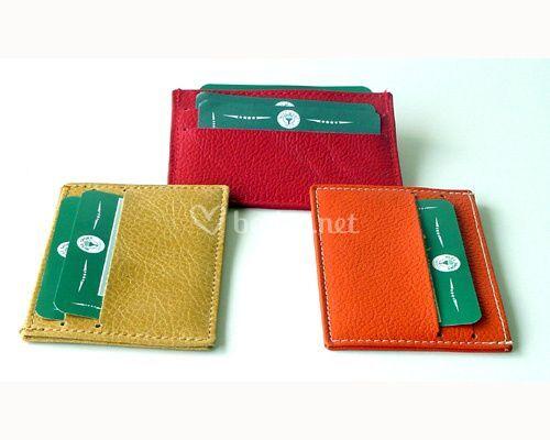 Tarjetero en piel de vacuno, tarjetas en ambos lados y ranura para billetes o papeles en la parte superior