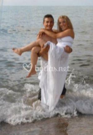 La novia en brazos de su esposo