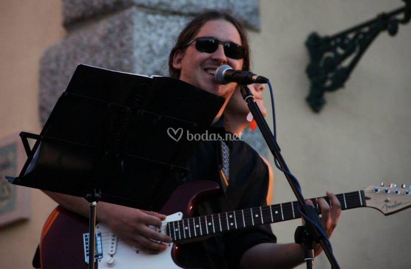 Alfonso, voz y guitarra