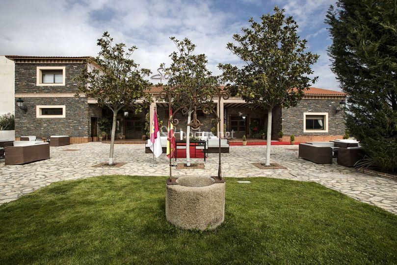 Jardín exterior y fachada