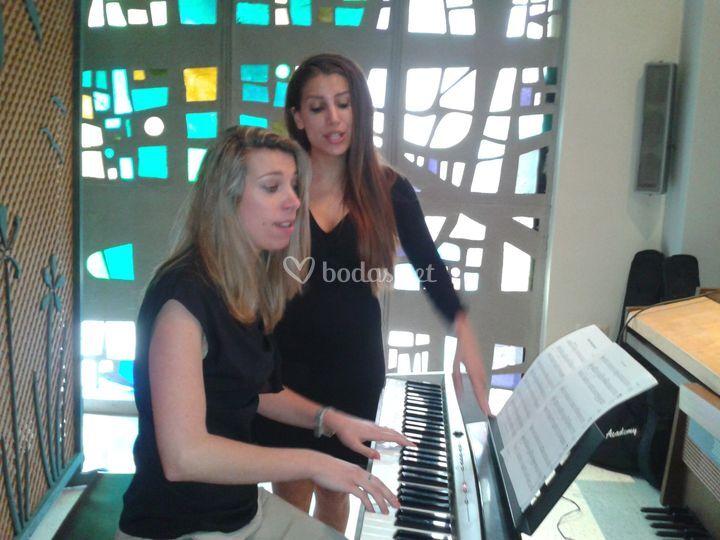 Piano y dos voces.