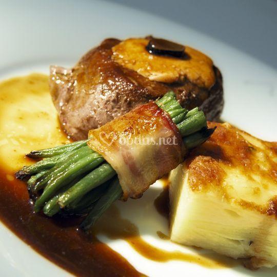 Solomillo al foie en salsa de oporto con patata crema y atadillo de trigueros