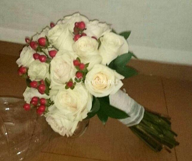 Bouquet de rosas  e hypericum
