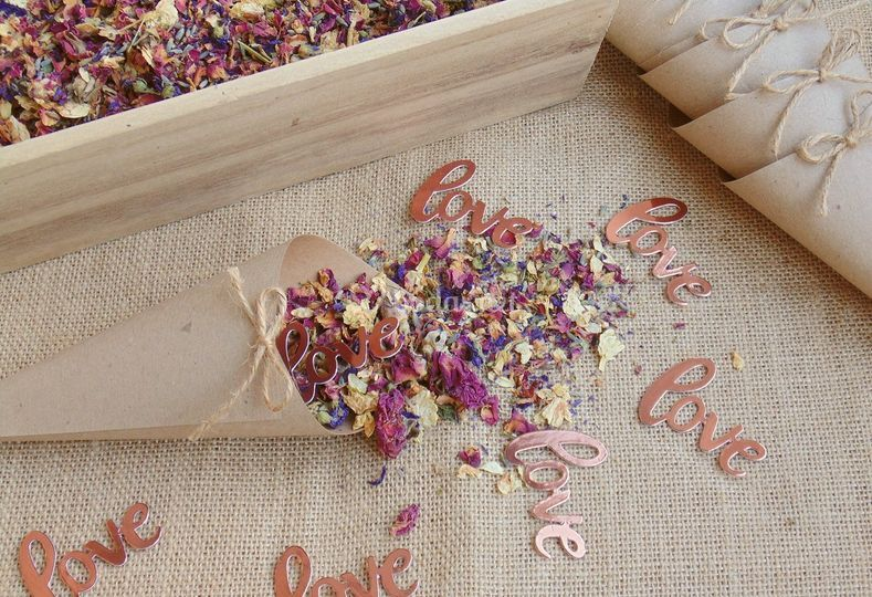 Confeti love con flores secas