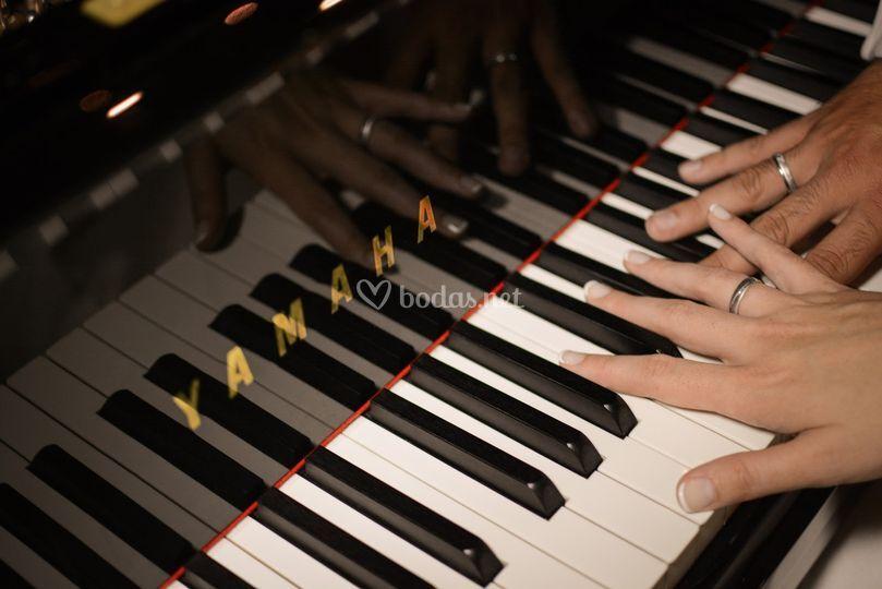 Manos de Raúl al piano