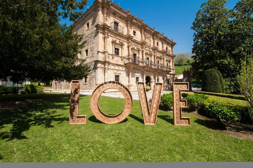 Fachada Love de Abba Palacio de Soñanes