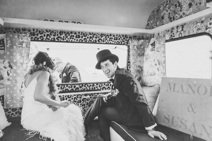 Novios en el interior caravana