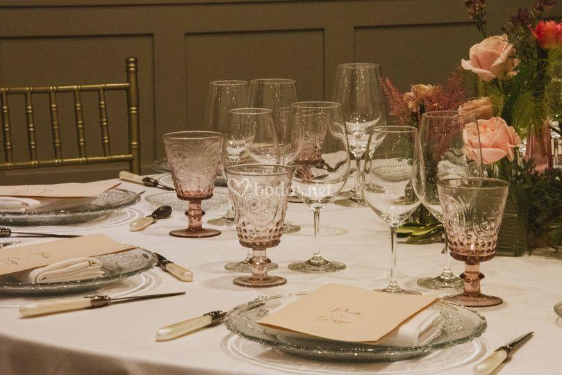 Montaje blanco en mesa redonda