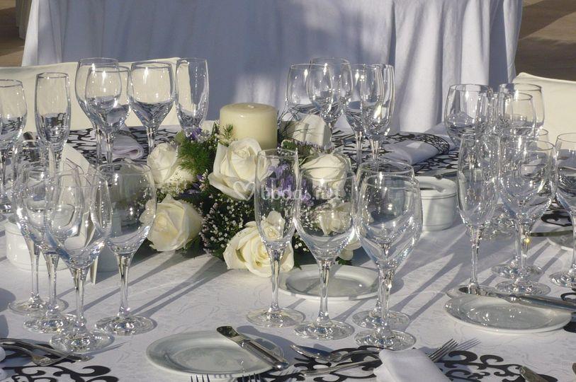 Centro con velón y rosas blancas