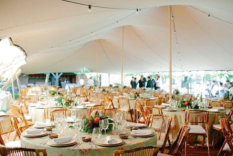 Banquete bajo carpa