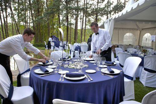 Personal preparando banquete