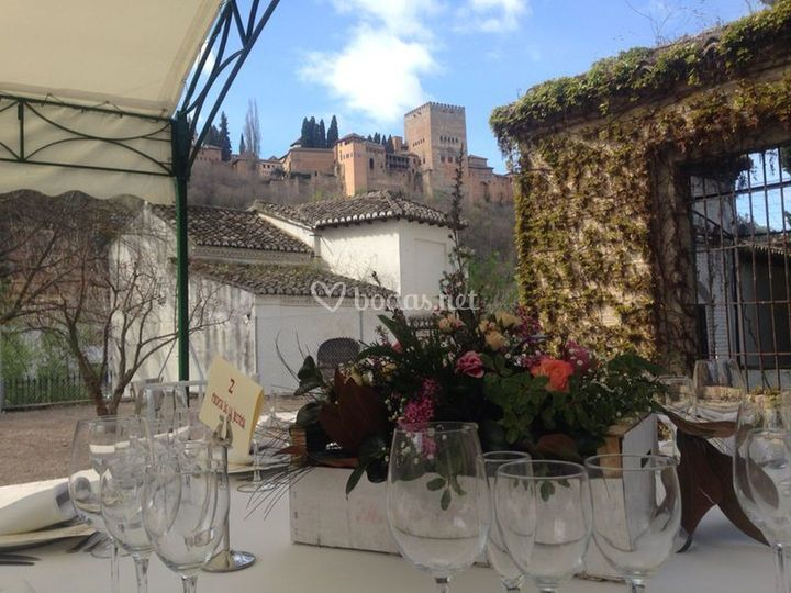 Centro de mesa junto a la Alhambra