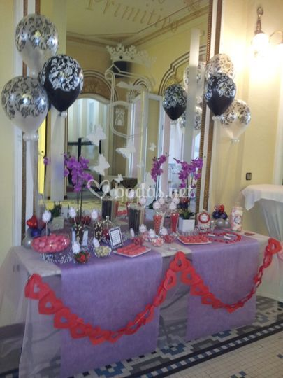 Mesa dulce en lila y rojo