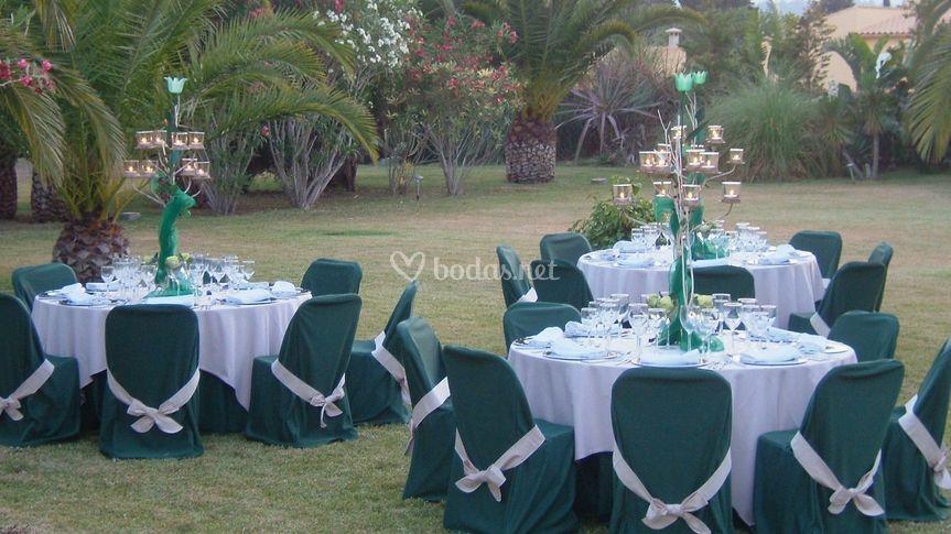 Mesas redonadas en un jardín
