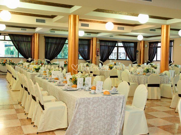 Mesas preparadas para el banquete