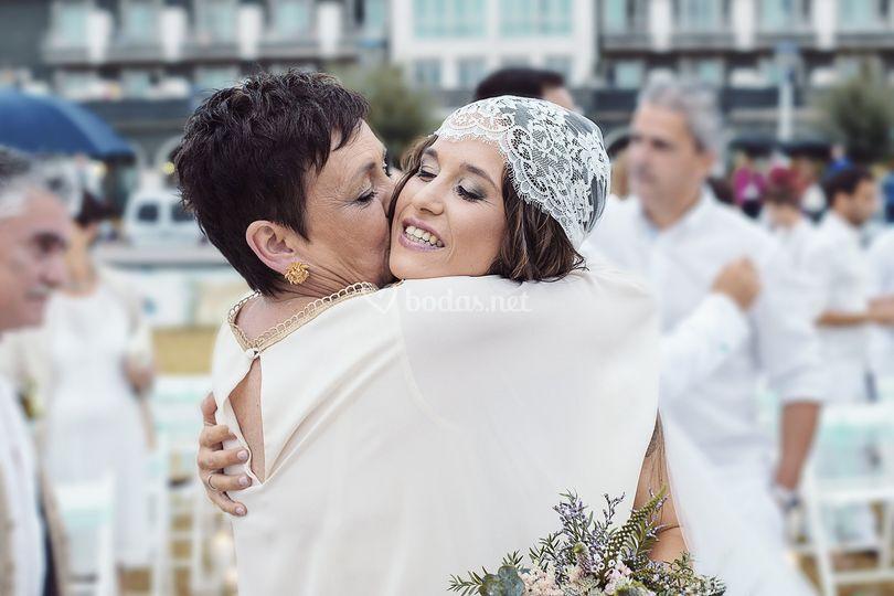 Abrazo de la novia y la madre