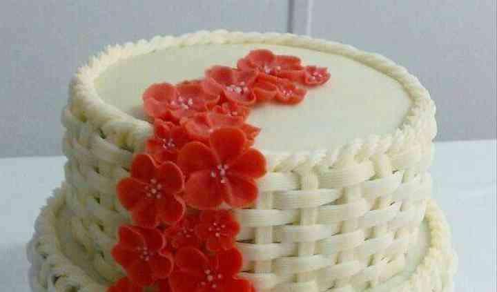 Tarta de boda con flores rojas