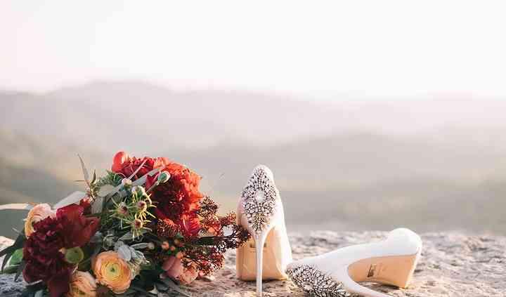 El ramo y los zapatos de la boda
