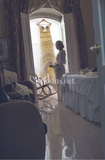 La novia mirando su vestido
