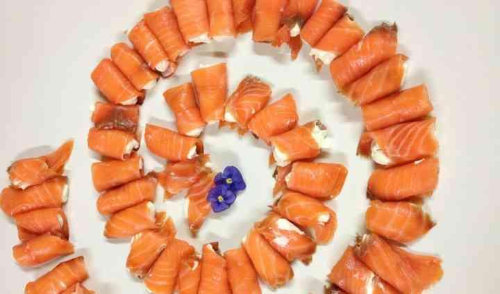 Rolls de salmón con filadelfia y mermelada de violetas