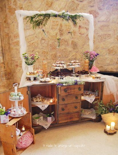 Mesa dulce con cómoda vintage