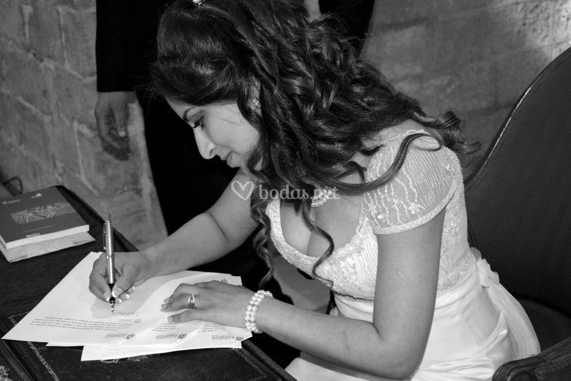 La novia firmando el enlace