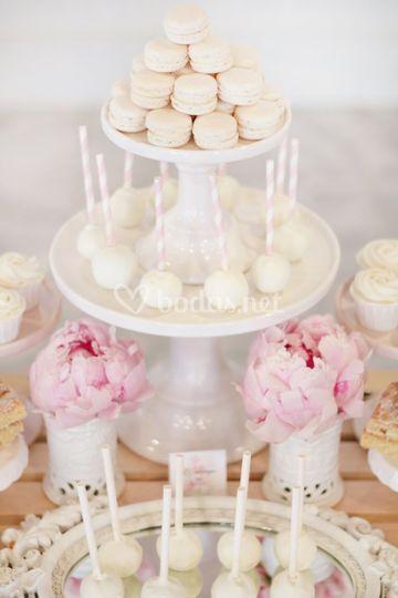 Mesa dulce con peonias