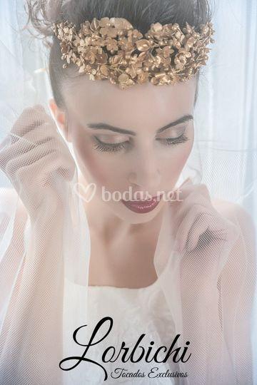 Tiara de flores de porcelana dorado de Tocados Lorbichi
