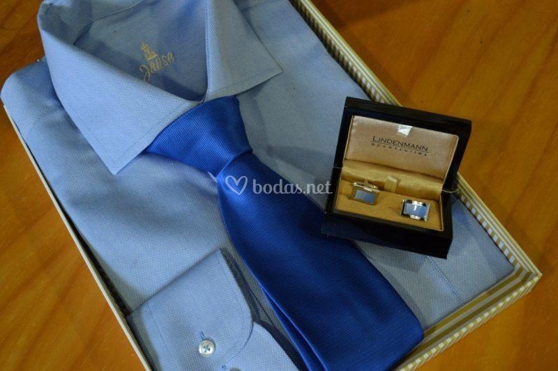 Camisa con corbata y gemelos