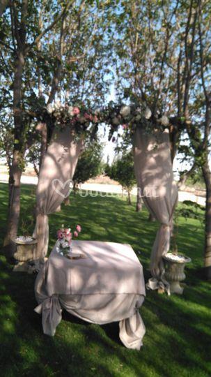 Arco de hortensias y rosas