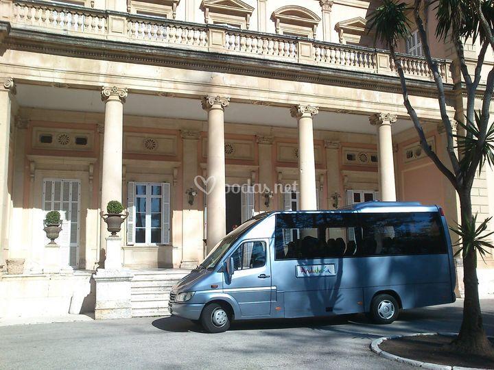 Minibús de 21 plazas y guía