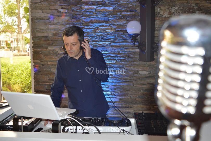 El dj residente, Carlos Crespo