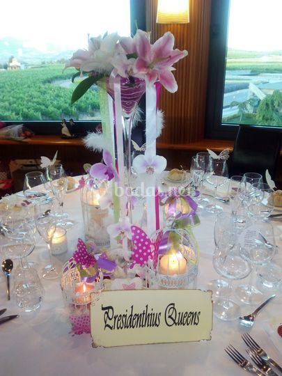 Detalle floral en mesa