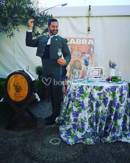 Venencia y mesa decorada